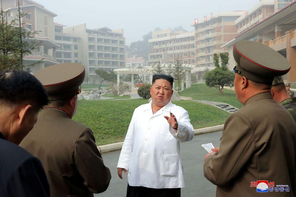 Il leader nordcoreano Kim Jong-un visita il resort termale della contea di Yangdok, in Corea del Nord, il 23 ottobre 2019