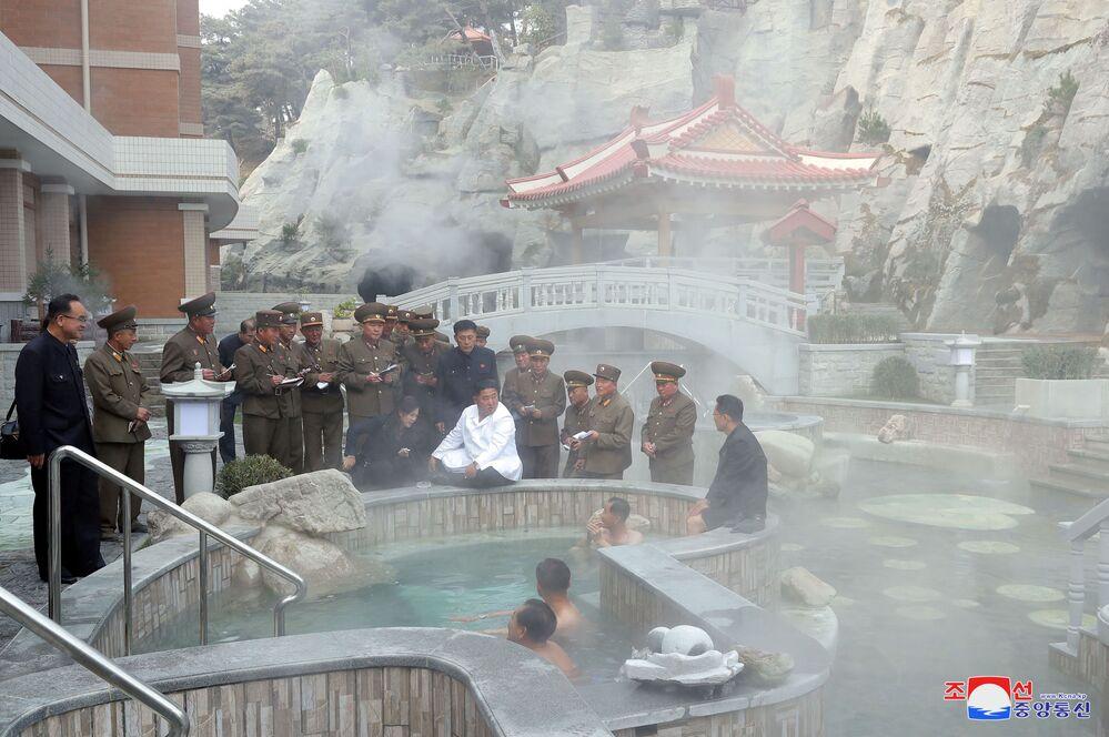 Il leader nordcoreano Kim Jong-un e sua moglie Ri Sol-ju visitano il resort termale della contea di Yangdok il 23 ottobre 2019