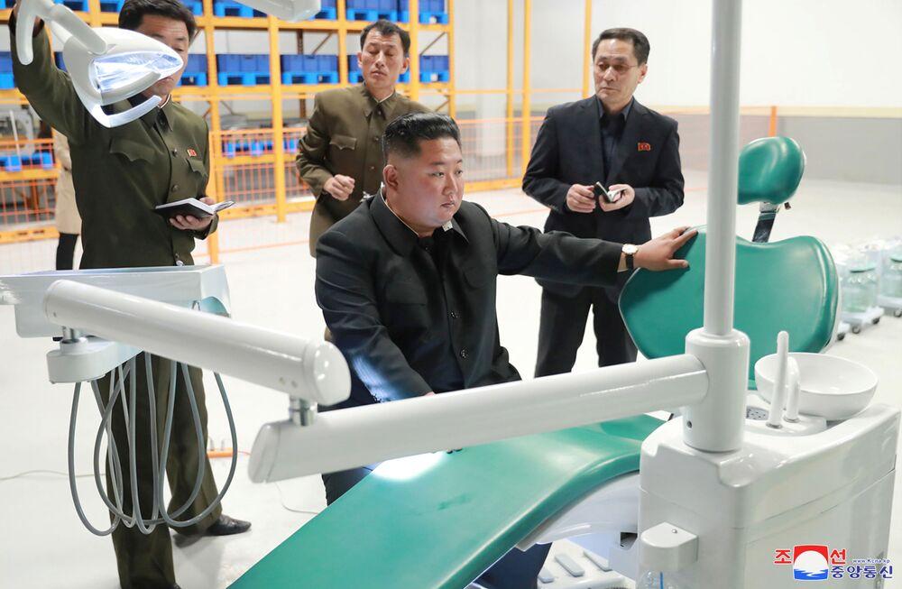 Il leader nordcoreano Kim Jong-un visita la Myohyangsan Medical Appliances Factory