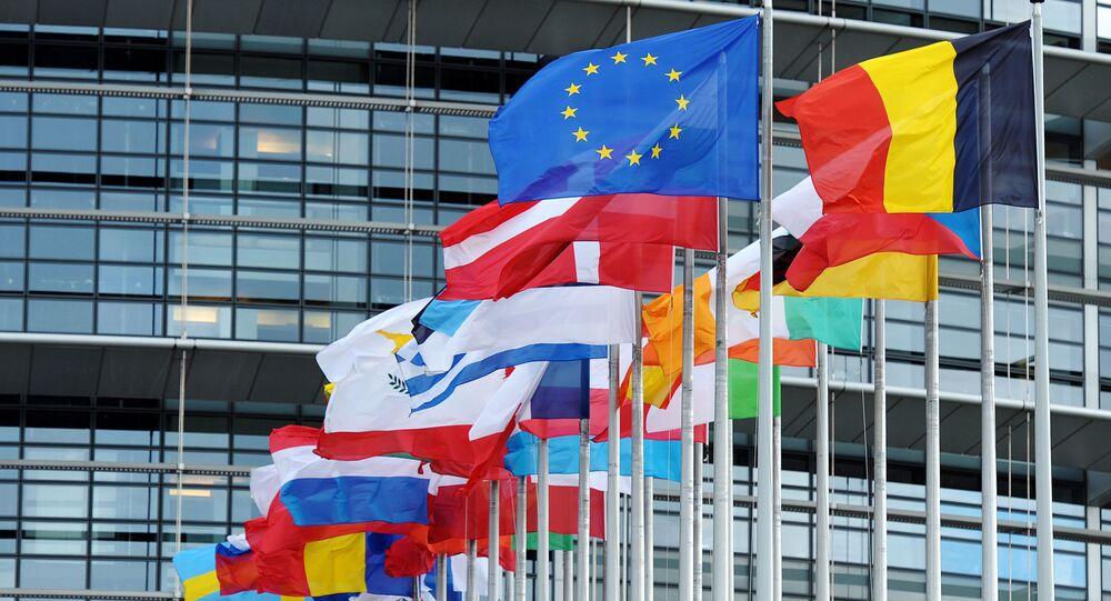 Le bandiere dell'UE e dei paesi membri di fronte al Parlamento Europeo