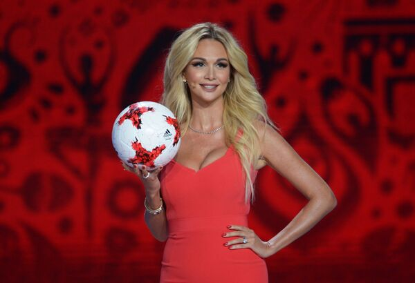 La modella e conduttrice televisiva russa Viktoria Lopyreva alla cerimonia ufficiale di sorteggio per la FIFA Confederations Cup 2017 - Sputnik Italia