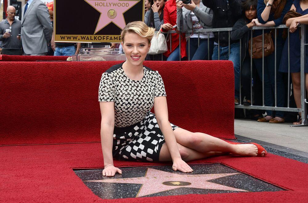 L'attrice Scarlett Johansson è onorata con una stella sulla Hollywood Walk Of Fame il 2 maggio 2012, California