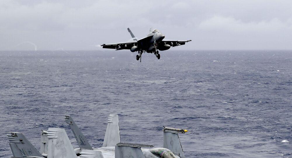 Un caccia americano in fase di atterraggio su una portaerei nel Mar cinese meridionale