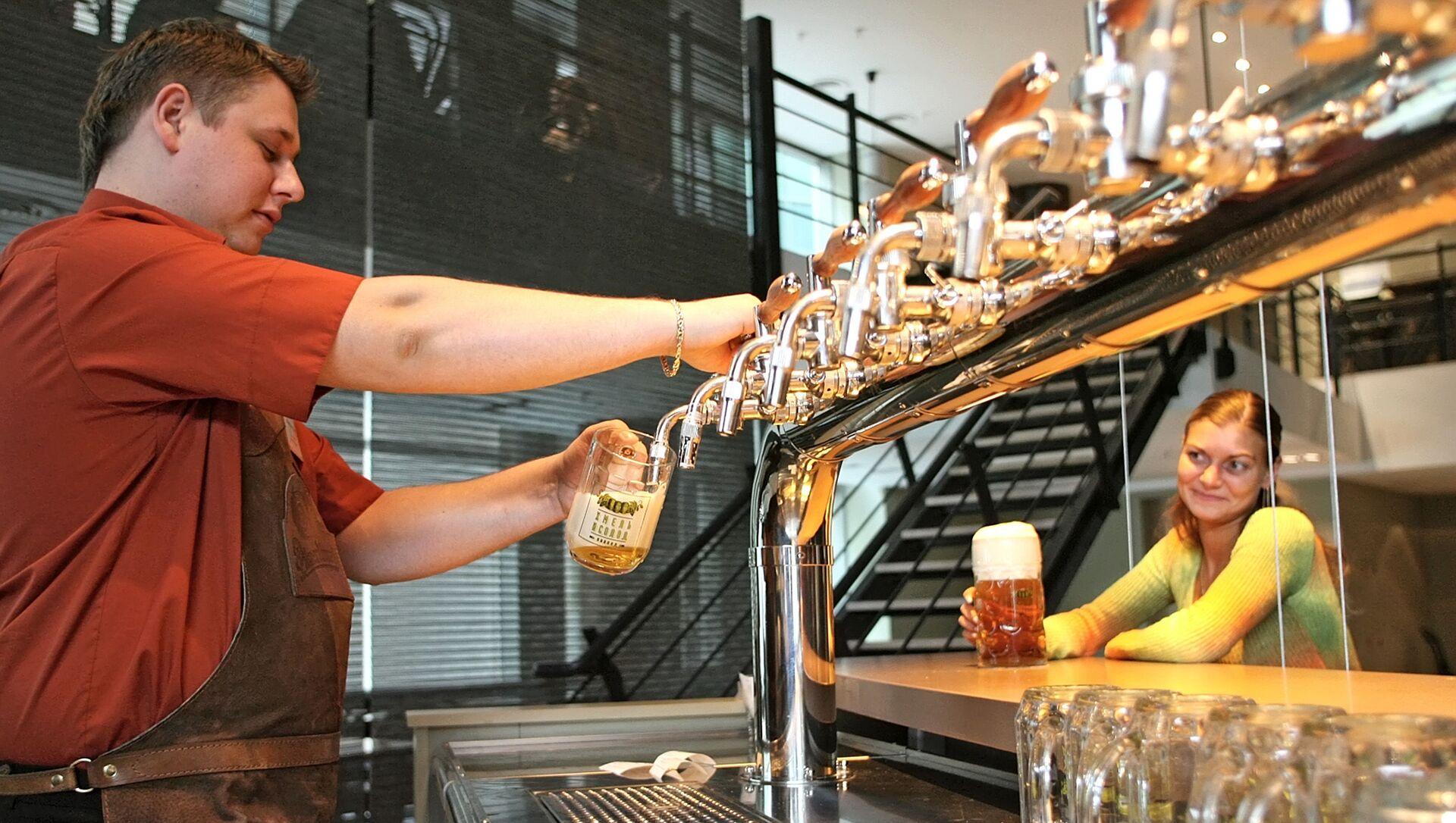 Un barista serve della birra - Sputnik Italia, 1920, 18.05.2021