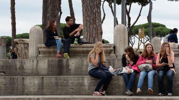 Ragazzi giovani in Piazza Venezia a Roma - Sputnik Italia