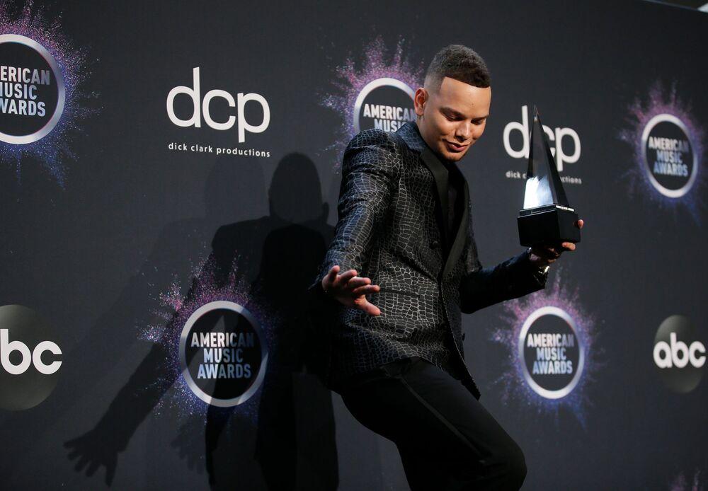 Kane Brown con il suo premio agli American Music Awards 2019, il 24 novembre 2019, Los Angeles