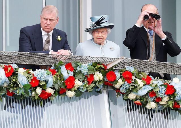 Il principe Andrew, la regina Elisabetta II e il principe Filippo