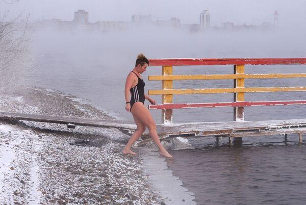 Krasnoyarsk, Siberia, -20°. Membri del centro nuoto Megapolus si allenano per le gare invernali di nuoto all'aperto nel fiume Enisej. - Sputnik Italia