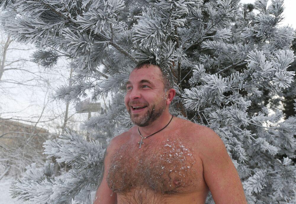 Uno degli amanti del nuoto invernale prende parte all'inaugurazione della nuova stagione di nuoto a Krasnoyarsk.