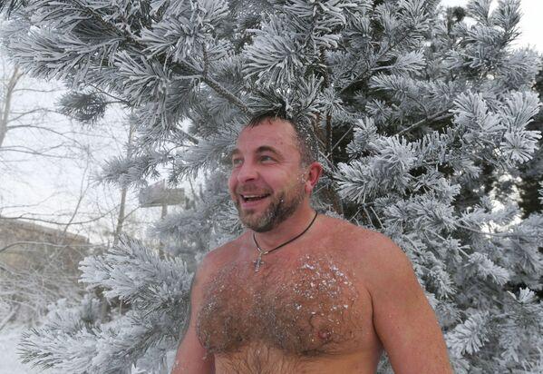 Uno degli amanti del nuoto invernale prende parte all'inaugurazione della nuova stagione di nuoto a Krasnoyarsk. - Sputnik Italia