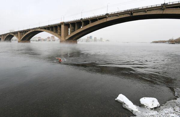 Nuotatore invernale prende parte al lancio della nuova stagione di nuoto a Krasnoyarsk. - Sputnik Italia