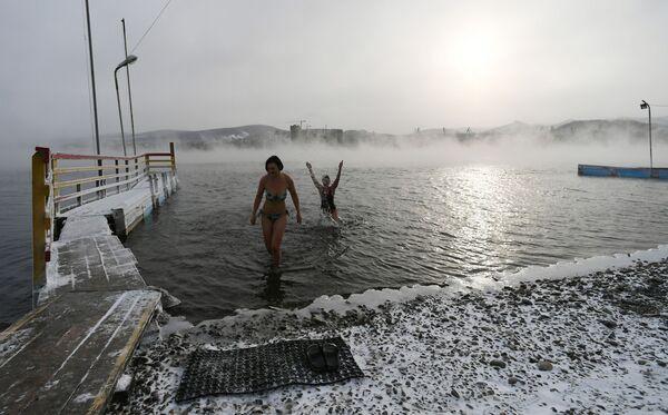 I membri del centro di nuoto Megapolus si godono l'acqua gelata del fiume Enisej. - Sputnik Italia