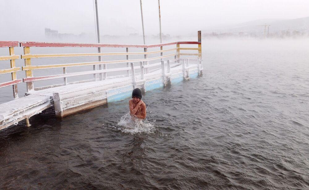 A Krasnoyarsk, in Siberia, a -20° i membri del centro di nuoto nell'acqua gelata Megapolus si allenano e si preparano alla gara invernale di nuoto all'aperto nel fiume Enisej.