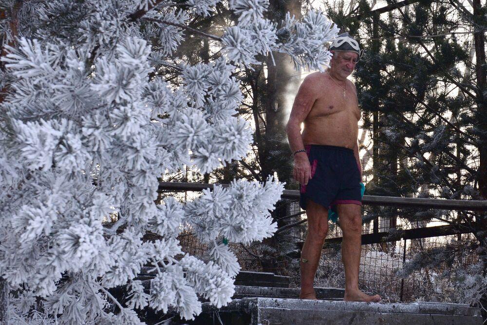L'83enne Ivan Abrosimov, membro del club di amanti del nuoto invernale Criofil, prende parte all'inaugurazione della nuova stagione di nuoto a Krasnoyarsk.