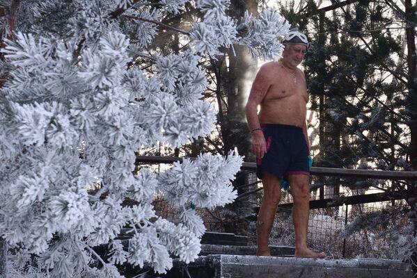 L'83enne Ivan Abrosimov, membro del club di amanti del nuoto invernale Criofil, prende parte all'inaugurazione della nuova stagione di nuoto a Krasnoyarsk. - Sputnik Italia