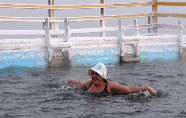 A Krasnoyarsk, in Siberia, a -20° i membri del centro di nuoto nell'acqua gelata Megapolus si allenano e si preparano alla gara invernale di nuoto all'aperto nel fiume Enisej. - Sputnik Italia