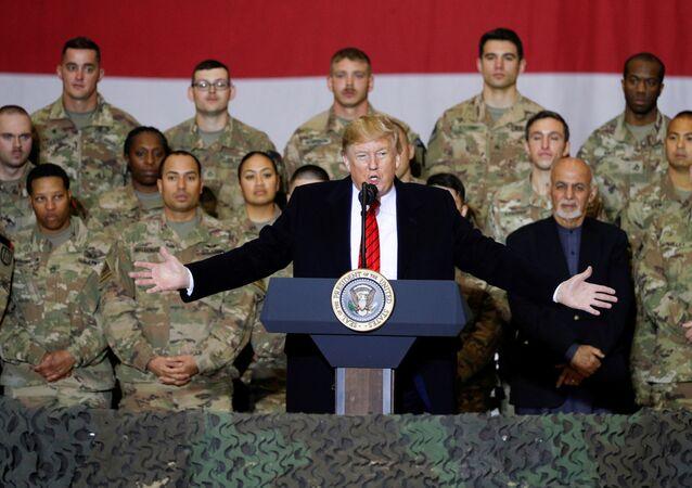 Il presidente degli USA Donald Trump in una visita non annunciata alla base aerea Bagram in Afghanistan
