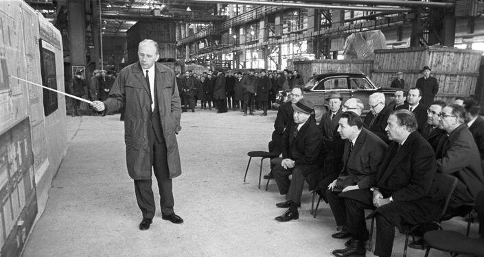 Il direttore generale della fabbrica VAZ di Togliatti, Viktor Polyakov, illustra il funzionamento dello stabilimento a Henry Ford II