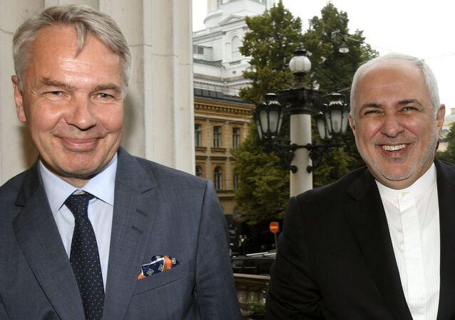 Il primo ministro della Finlandia Pekka Haavisto (L) ed il ministro degli Esteri dell'Iran Mohammed Javad Zarif a Helsinki