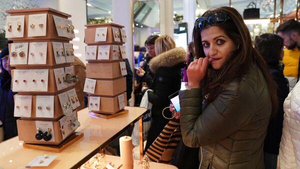 Una ragazza vista in un negozio nel periodo di sconti a New York - Sputnik Italia