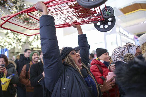 Una donna si gode il Black Friday negli USA - Sputnik Italia