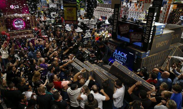 Tanti sono i clienti che desiderano acquistare una TV a buon prezzo a Sao Paulo, Brasile - Sputnik Italia