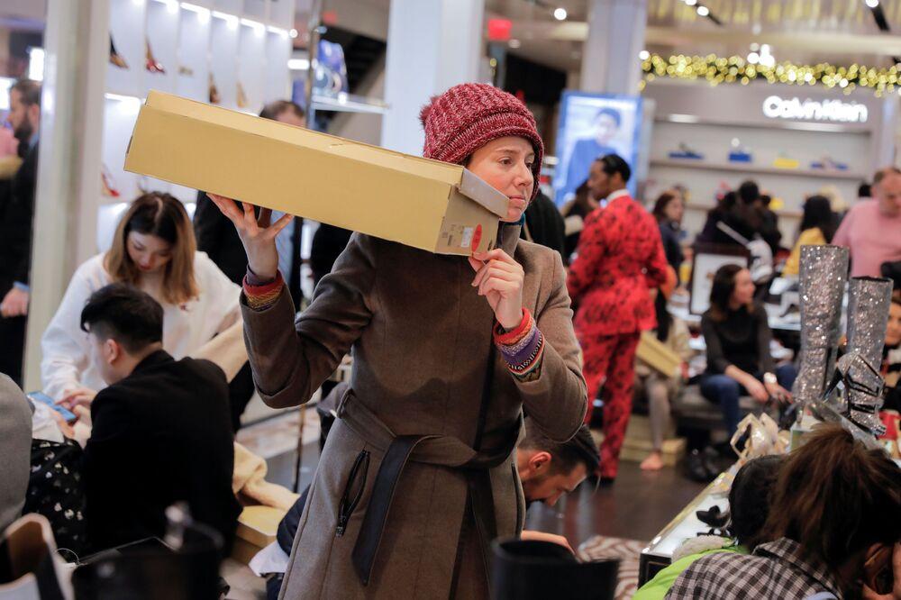 Ragazza si aggira in un negozio nel periodo di sconti a New York