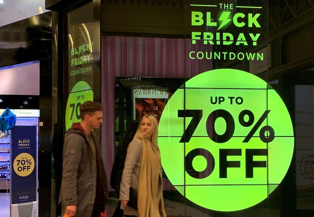 Sconti del 70% per il Black Friday in un negozio di profumi a Manchester, Regno Unito