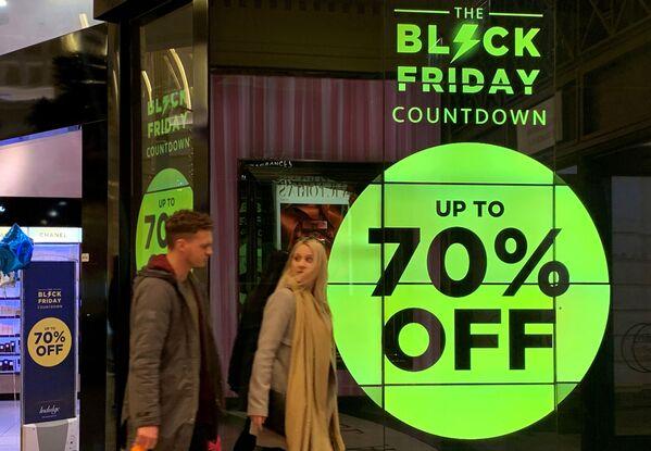 Sconti del 70% per il Black Friday in un negozio di profumi a Manchester, Regno Unito - Sputnik Italia