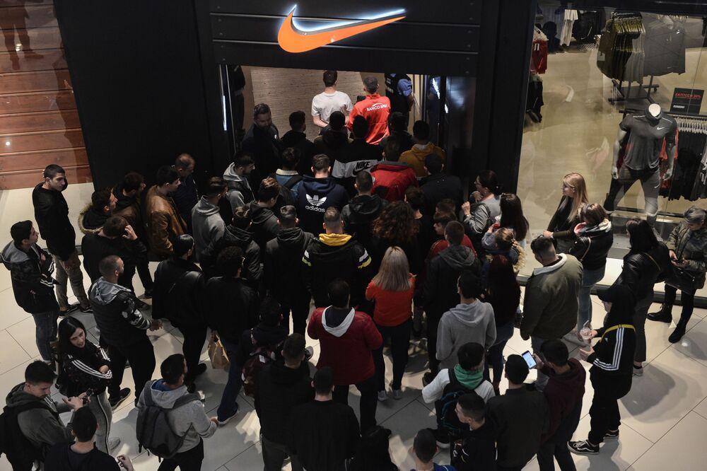 Numerose le persone in coda all'ingresso del negozio di abbigliamento sportivo Nike a Salonicco, Grecia.