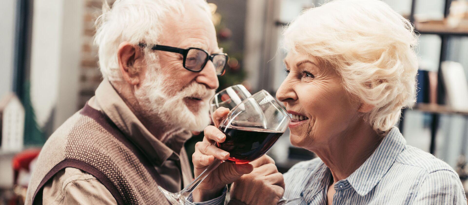 Una coppia di anziani bevono il vino - Sputnik Italia, 1920, 14.01.2021