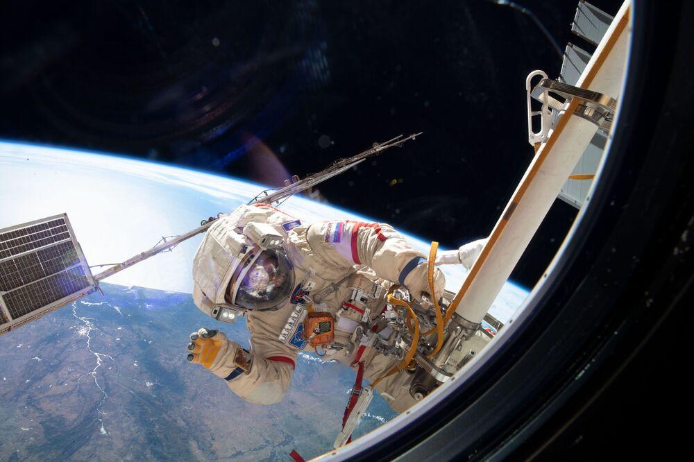 L'astronauta dell'Agenzia spaziale russa Oleg Kononenko durante una passeggiata spaziale
