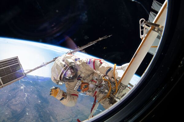 L'astronauta dell'Agenzia spaziale russa Oleg Kononenko durante una passeggiata spaziale - Sputnik Italia