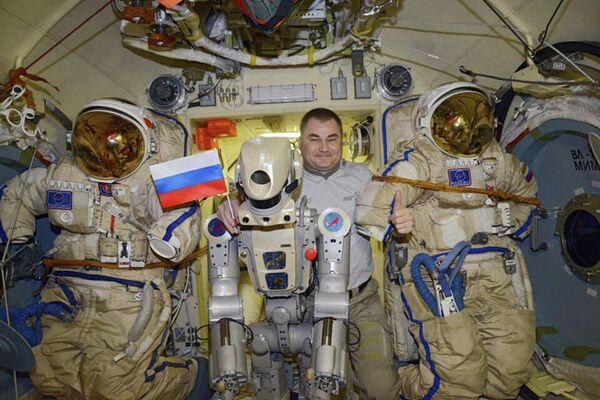 Il robot umanoide russo Skybot F-850 con l'astronauta dell'Agenzia spaziale russa Alexey Ovchinin a bordo della Stazione Spaziale Internazionale - Sputnik Italia