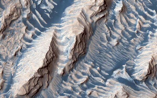 Questa immagine ripresa dalla sonda spaziale polifunzionale della NASA Mars Reconnaissance Orbiter mostra rocce sedimentarie all'interno del cratere Danielson sulla superficie di Marte - Sputnik Italia