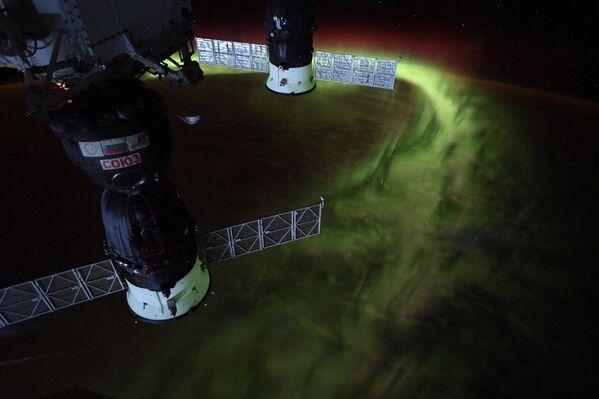 L'astronauta della NASA Christina Koch ha condiviso delle immagini dell'Aurora australe dallo spazio - Sputnik Italia