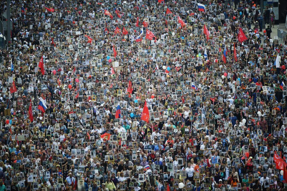 """I partecipanti alla Marcia del """"Reggimento Immortale"""" (Bessmertnyj Polk) a Mosca, Russia"""