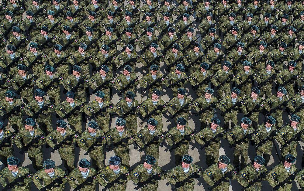 I cadetti durante una prova della Parata della Vittoria nella Seconda Guerra Mondiale presso il campo di addestramento militare di Alabino, Russia