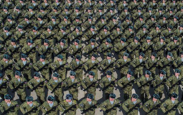 I cadetti durante una prova della Parata della Vittoria nella Seconda Guerra Mondiale presso il campo di addestramento militare di Alabino, Russia - Sputnik Italia