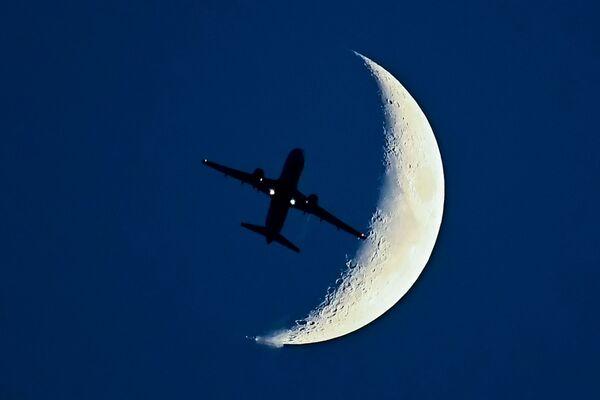 L'aereo Airbus A320 e la Luna. - Sputnik Italia