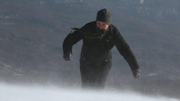 Una donna durante un'escursione in montagna - Sputnik Italia