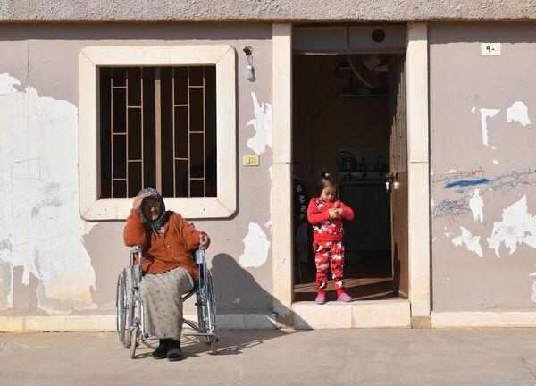 Una donna e una bambina nel campo profughi di Kharzholi vicino a Damasco - Sputnik Italia