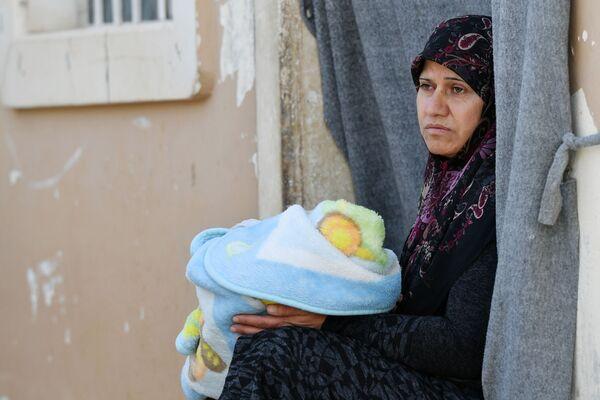 Una donna con un bambino nel campo profughi di Kharzholi vicino a Damasco - Sputnik Italia