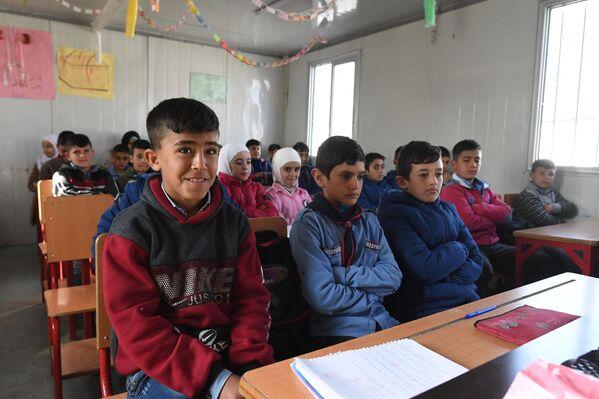 Bambini a scuola nel campo profughi di Kharzholi vicino a Damasco - Sputnik Italia