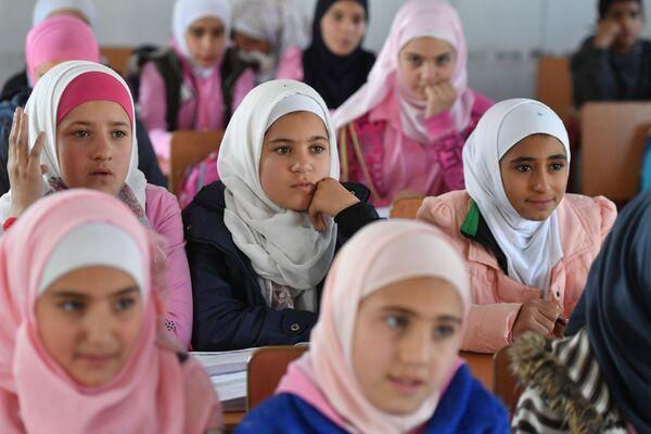 Bambine a scuola nel campo profughi di Kharzholi vicino a Damasco - Sputnik Italia