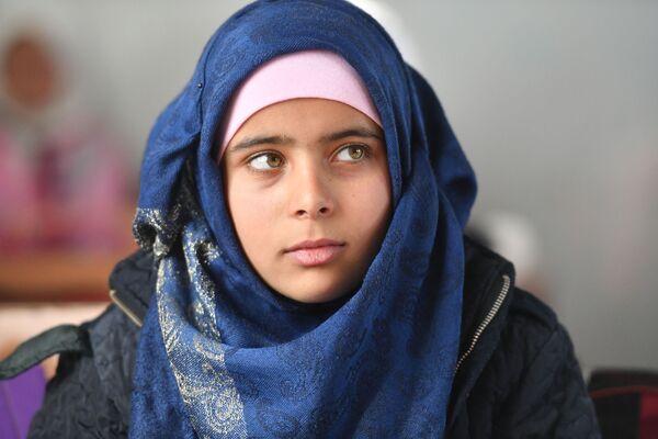 Una ragazza a scuola nel campo profughi di Kharzholi vicino a Damasco - Sputnik Italia