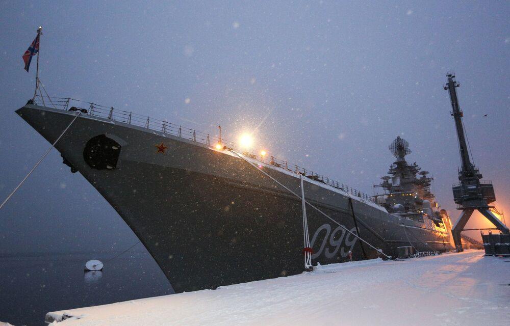 L'incrociatore lanciamissili pesante a propulsione nucleare Pyotr Veliky nel porto di Severomorsk.