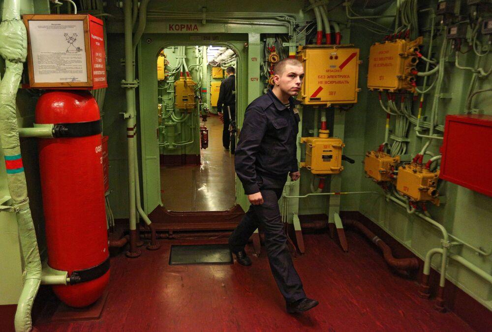 Un marinaio durante gli esercizi del personale effettivo all'incrociatore Pyotr Velikiy.