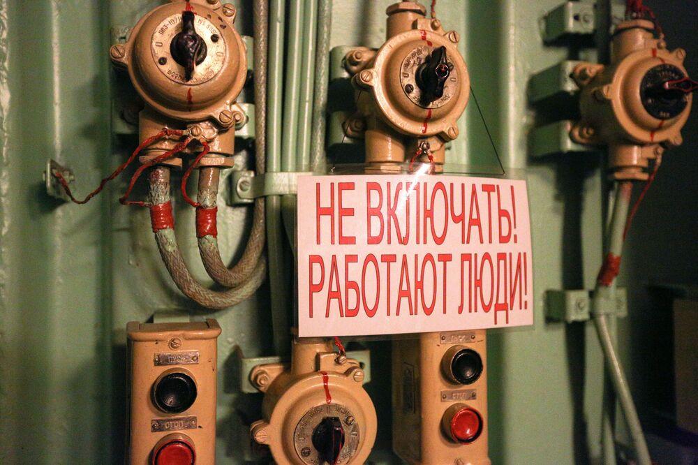 Il cartello segnaletico che dice Non avviare! Lavori in corso! a bordo dell'incrociatore.