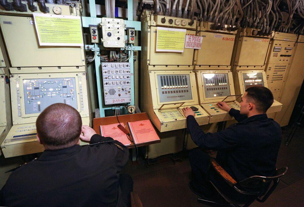 Il posto do comando sulle armi missilistiche all'incrociatore  nucleare Pyotr Velikiy.